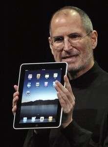 Steve Jobs, iPad'i tanıtırken.