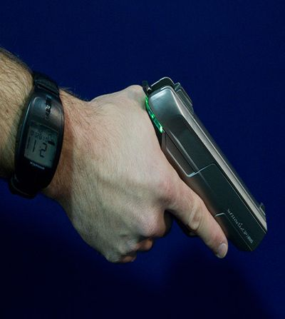 Saat koldaysa silah emniyeti kapatıyor