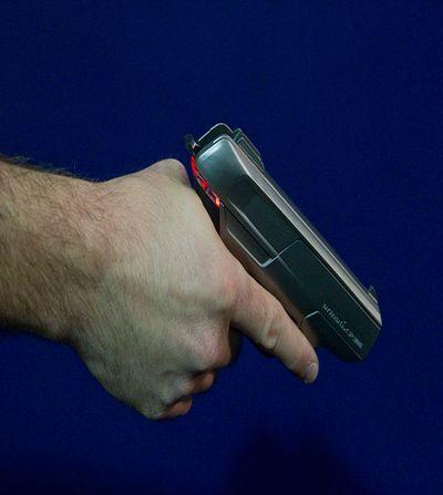 Saat kolda değilse silah emniyeti açıyor