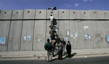 Sınır Duvarını Geçmeye Çalışan Filistinliler