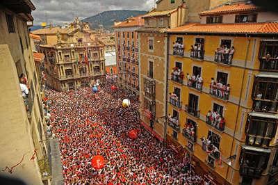 Pamplona şehrinden alışıldık bir San Fermin Festivali görüntüsü