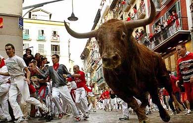 Festivalin en can alıcı anlarından biri olan boğa koşusu