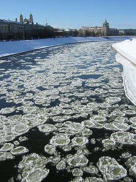 Vilnius'un merkezinden geçen Neris Nehri'nin buz tutmuş hali.