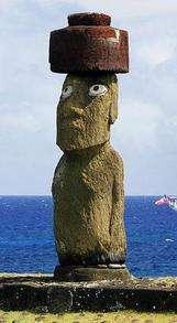 Başındaki Pukao'suyla bir Moai
