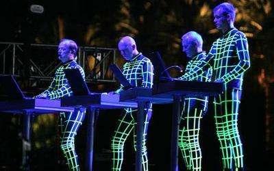 Meşhur sahne şovlarıyla yaşlanmış Kraftwerk