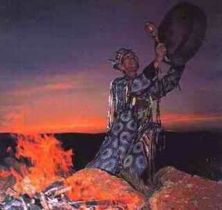 şaman ritüeli sırasında davul kullanma