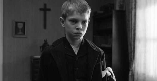 Bağnaz kasaba papazının kendi çocuklarına haylazlıklarını bahane ederek suçluluk bilinci aşılamaya çalışması sonucu kollarına takılan banttır, beyaz bant.