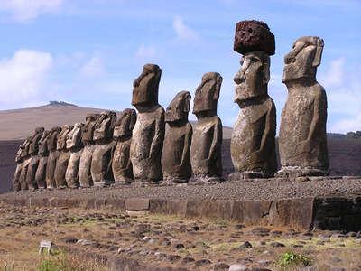 Bir dizi Moai